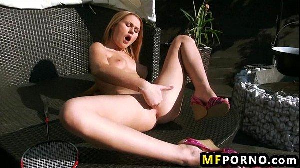Порно видео блондинка и брюнетка ласкают друг друга