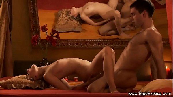Женщина держит мужа около ноги