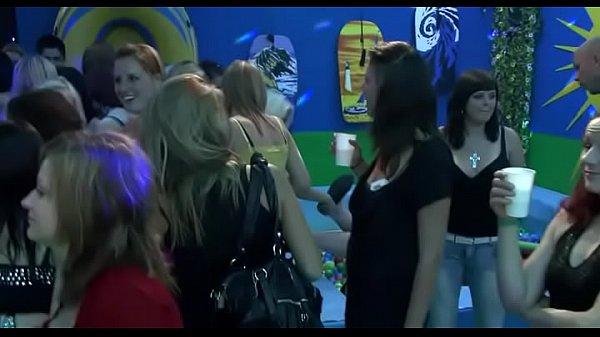 Зрелые женщины в клубе порно видео