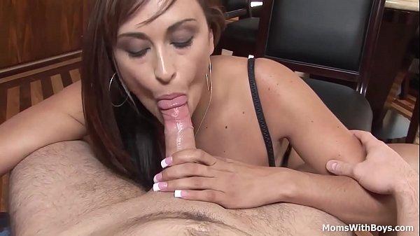 Она кончила на свои трусы порно