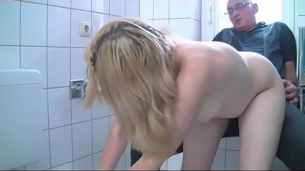 BLONDE MILF EMMA FICKT STRANGER IM BADEZIMMER