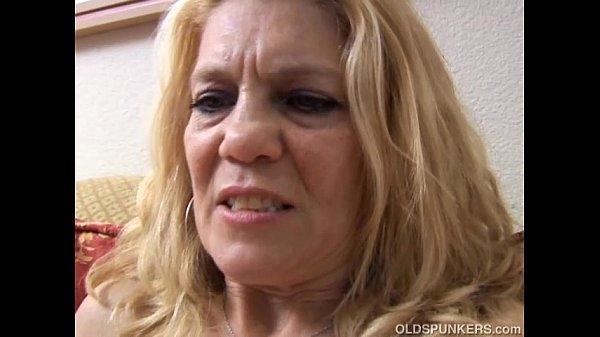 Развратная зрелая мамочка раздвинула перед сыном ноги