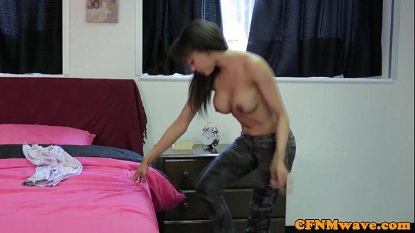 Возбужденная девушка дико прыгает на пенисе после куни