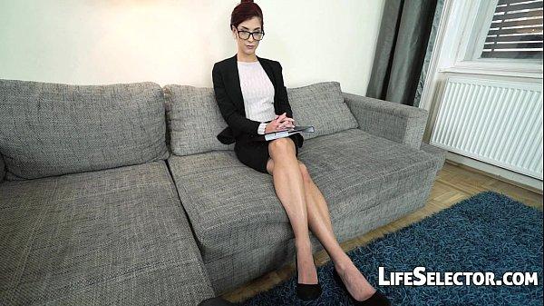 Порно женщина делает миньет ногами смотреть