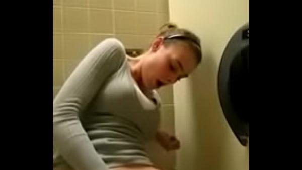 Девушки мастурбирующие в общественных местах