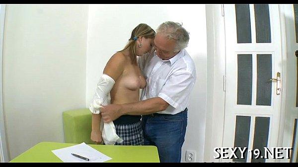 بنت تتناك من ابيها العجوز في المنزل وهي عارية باوضاع ساخنة