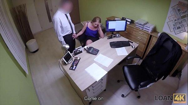 Он её трахнул прям на столе