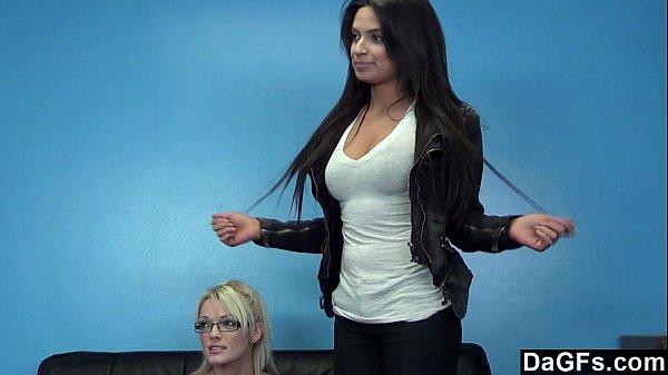 Две красотки проходят пробы на порнокастинг