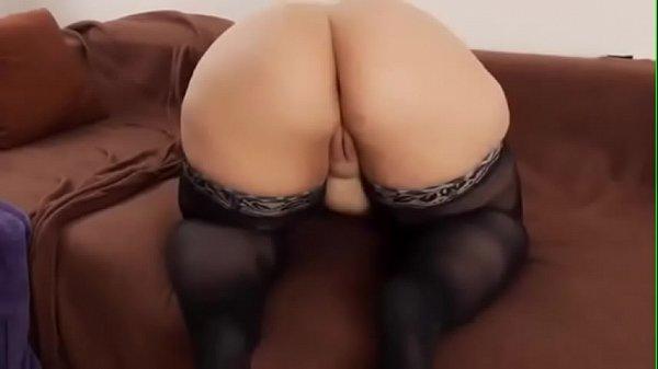 Молоденькая брюнетка мастурбирует на кровати