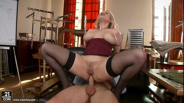 Vídeo de sexo anal com coroa gostosa peituda sentando e rebolando