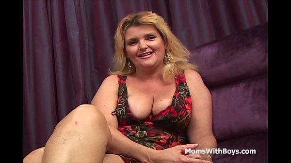 Фото зрелая толстая мама с жирными ляжками голая на пляже
