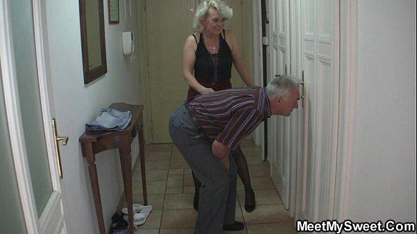 Длинноволосая блондинка залезла к парню в штаны