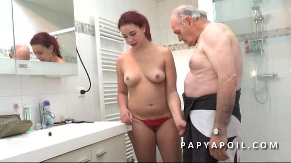 Papy mate un jeune couple avant de se faire pomper le dard dans la salle de bain
