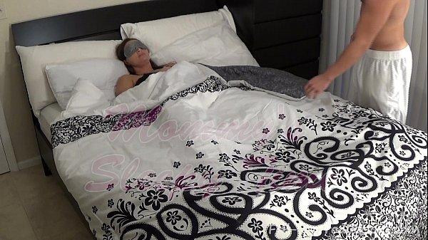 Порноролики муж спит а сынок ебёт маму