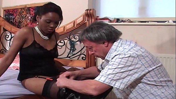 Молодая госпожа в ботфортах и ее пожилой раб