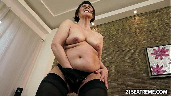 Порно дрочит на бабушку своими руками