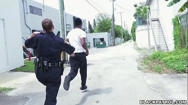 kadın polisler siyah şüphelinin üzerinden çekin ve onun horoz emmek