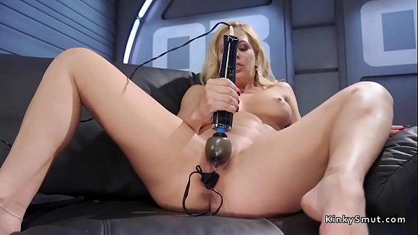 Грудастая блондинка трахается в жопу