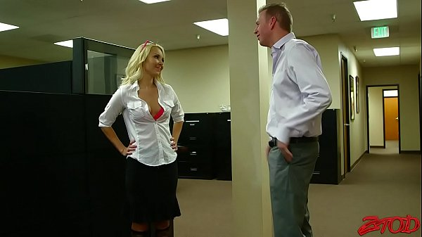 Блондинкка в стрингахфото