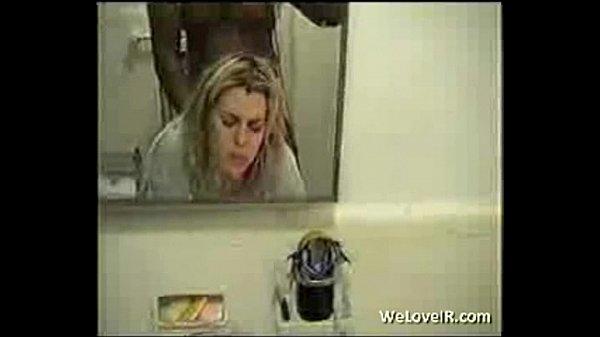Рыжая девушка трахается с негром в ванной