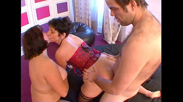 Женская мастурбация под одеялом видео