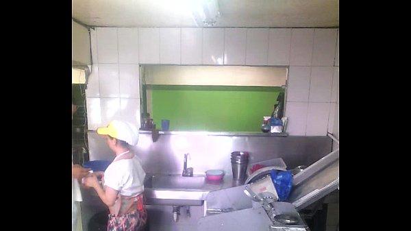 Empleado se coge a la cocinera del restaurante