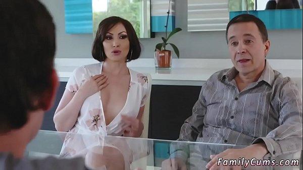 Порно брат дрочит а сестра спалила