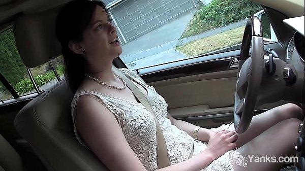 Порно видео лижет анус в машине
