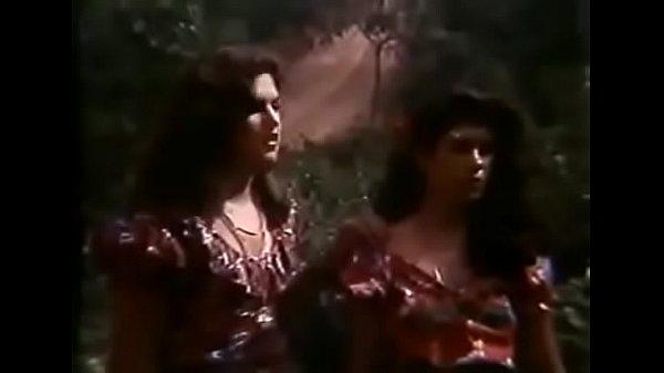 """Hermanas gitanas son atacadas por bandidos en la película """"Condenada por un desejo"""" de Tony Vieyra."""