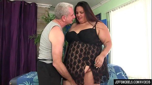 Девушка получает оргазм на массажном столе