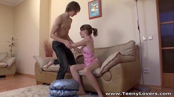 Девушка слизывает сперму спизды