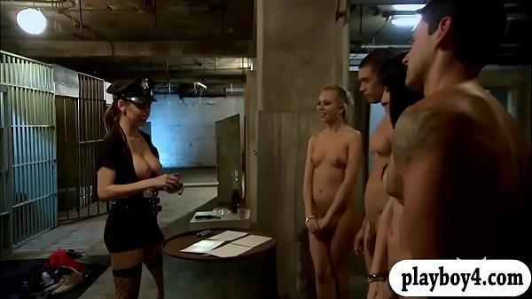 Порно гей сосёт у толпы