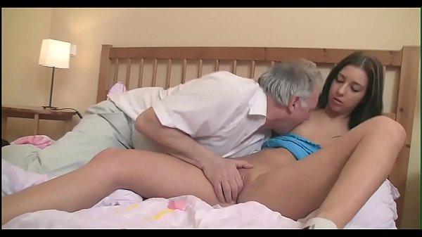 Старая пара трахает молодую девушку