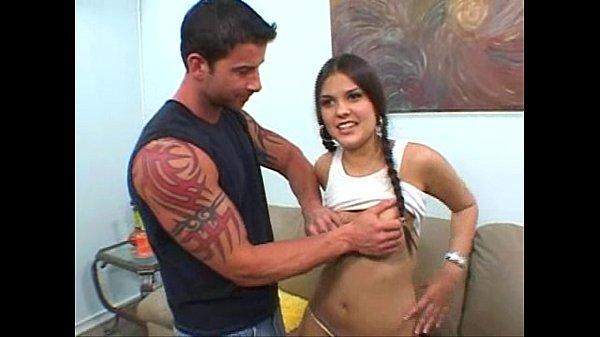 Красивая девушка трахается с мужиком на просторной кровати