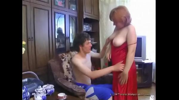 Парень трахает рыжую мать