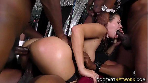 Красивая брюнетка и садовник порно
