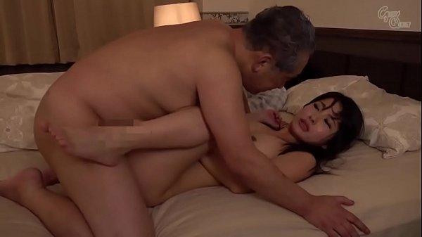 Ayah menunggu putranya tidur untuk berhubungan seks dengan menantu perempuannya
