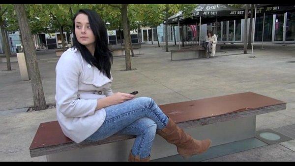 Голая секси девушка снимает черное нижнее белье