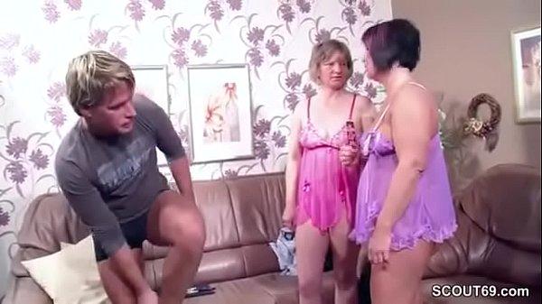 نيك محارم جماعي يغتصب امع وعمته في عيد ميلادها وهي عارية