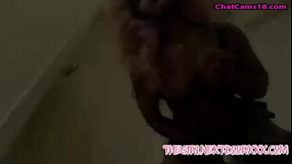 Девушка достигает клиторный оргазм, когда массирует киску пальцем