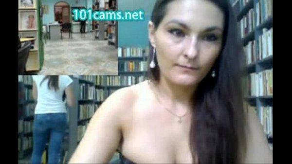 Перед вебкамерой обнаженка старухи