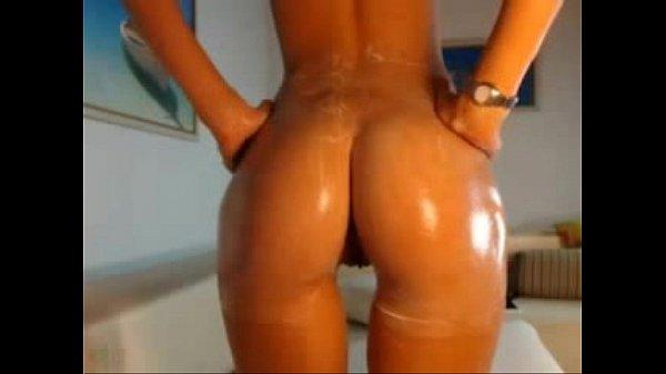 Сексапильная брюнетка разгуливает голая по улице