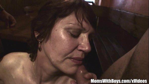 Порно мать сосет в сина онлайн
