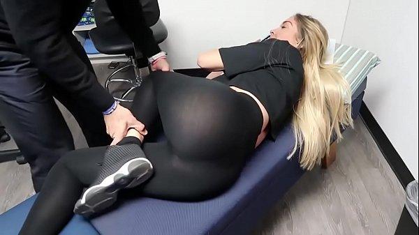 Rubia manoseada y tocada en masaje de espalda cuerpazo culo hermoso leggins