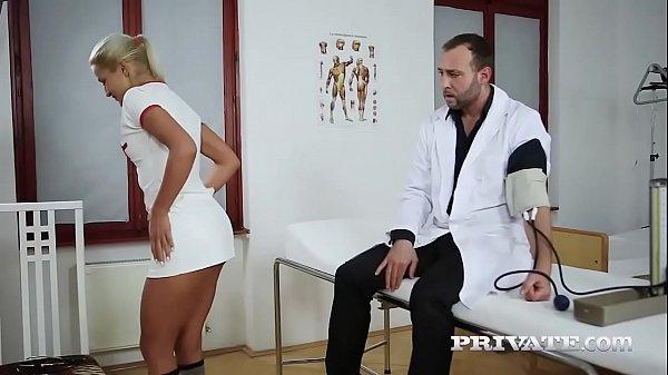Asistenta Face Muie Doctorului Iar Doctorita Se Alatura La Un Menage A Trois