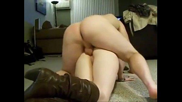 Девка суёт в себя огурец