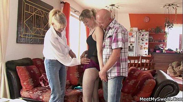 Зрелые родители на даче