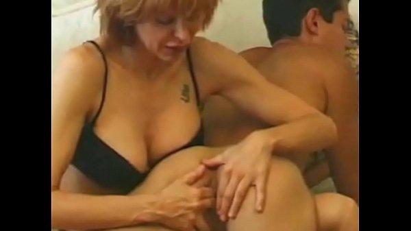 Голая мама шлёпает сына