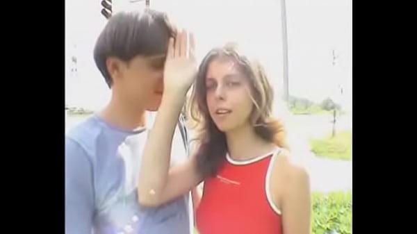 Видео трахают молодую девушку в автобусе рукой