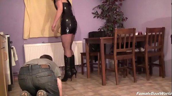 Рабыня целует сапог госпожи видео